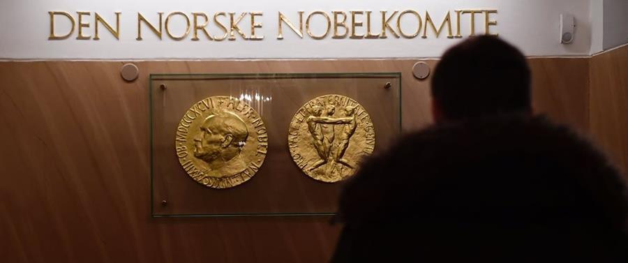 Una réplica de la medalla de oro del Premio Nobel de la Paz que reciben los laureados es vista en las oficinas del Instituto Nobel en Oslo, Noruega. (Foto Prensa Libre: AFP).