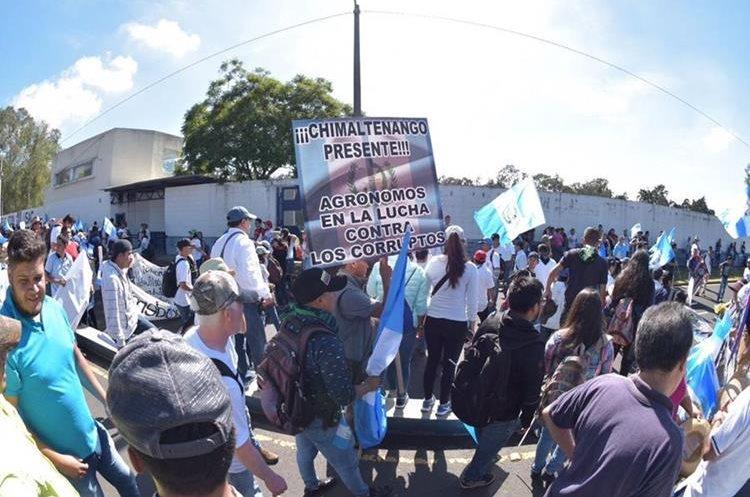 Varias personas de los departamentos se hicieron presentes en las protestas.