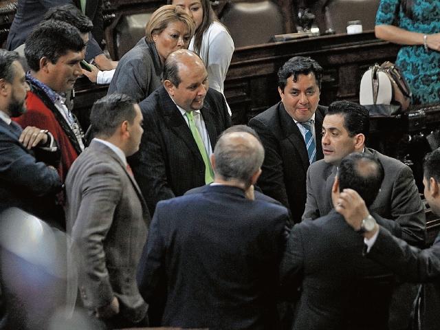 Los diputados de la UNE y de FCN-Nación se reúnen en el pleno, durante uno de los recesos. Según indicaron varios congresistas, se comprobó que no había acuerdos para la elección de procurador de Derechos Humanos.