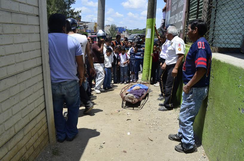 Bomberos Voluntarios aseguran el cuerpo luego de sacarlo del fondo del precipicio. (Foto Prensa Libre: CVB)