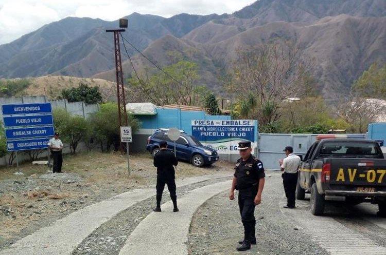 Elementos de la PNC resguardan el lugar, donde se encuentran los pobladores. (Foto Prensa Libre: Eduardo Sam)