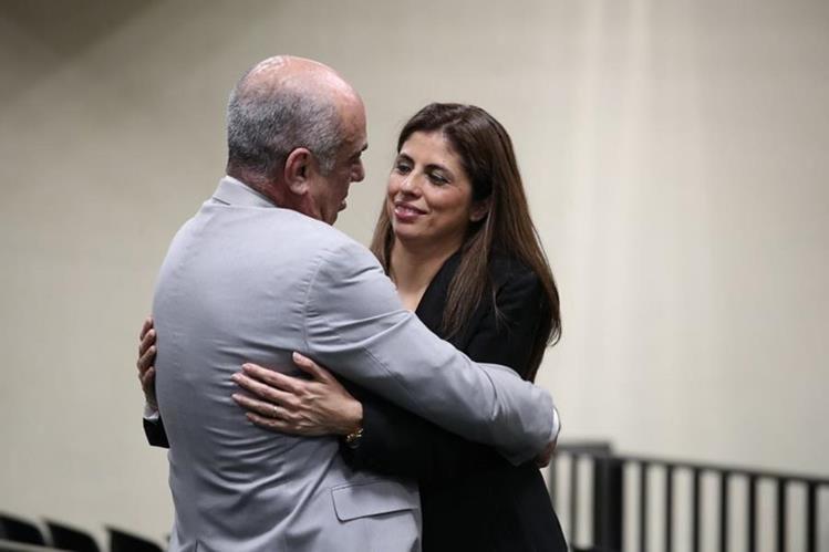 Clara Guadalupe López Villatoro junto a su esposo, al momento de presentarse al juzgado. Permaneció más de dos semanas prófuga. (Foto Prensa Libre: Paulo Raquec)