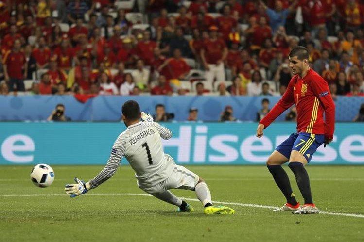Morata marca el tercer gol de España, en el triunfo contra Turquía. (Foto Prensa Libre: AP)
