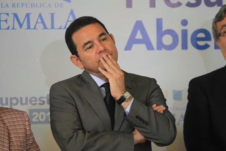 Jimmy Morales escucha los cuestionamientos sobre su estadía en un hotel previo a asumir la presidencia. (Foto Prensa Libre: Esbin García)