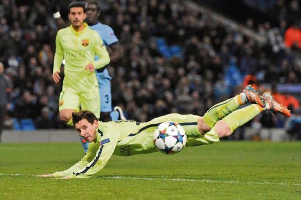 La mirada de angustia de Messi tras fallar por doble ocasión el día de ayer ante el City. (Foto Prensa Libre:EFE)