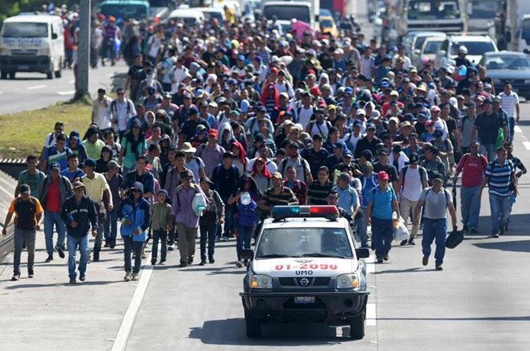 Caravanas de migrantes de varios países centroamericanos y de México avanzan hacia Estados Unidos. (Foto Prensa Libre: AFP)