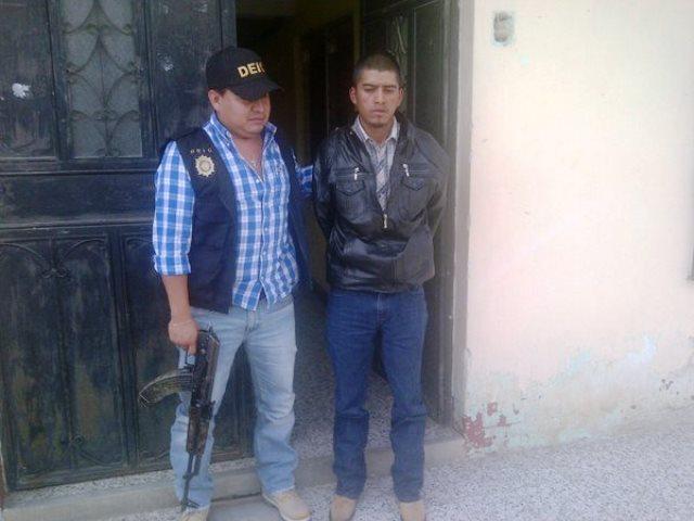 """Agentes de la División Especializada en Investigación Criminal capturan a presunto """"coyote"""" extorsionista en Huehuetenango. (Foto Prensa Libre: PNC)"""