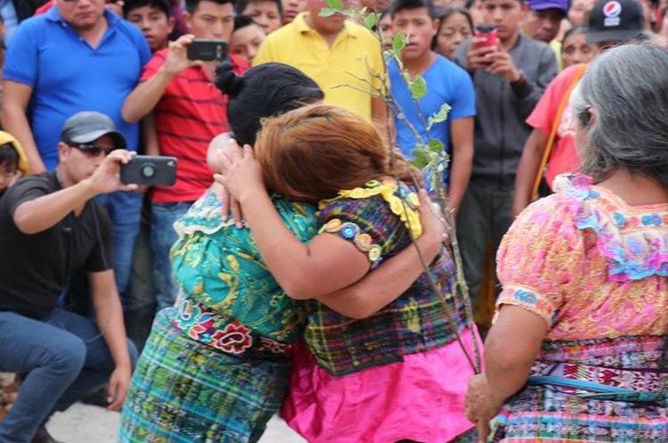 Señala de robo -a la derecha- abraza a su madre después de haber sido azotada. (Foto Prensa Libre: Héctor Cordero).