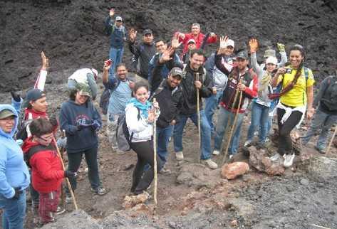 jóvenes expresan júbilo mientras escalan el Volcán de Pacaya.