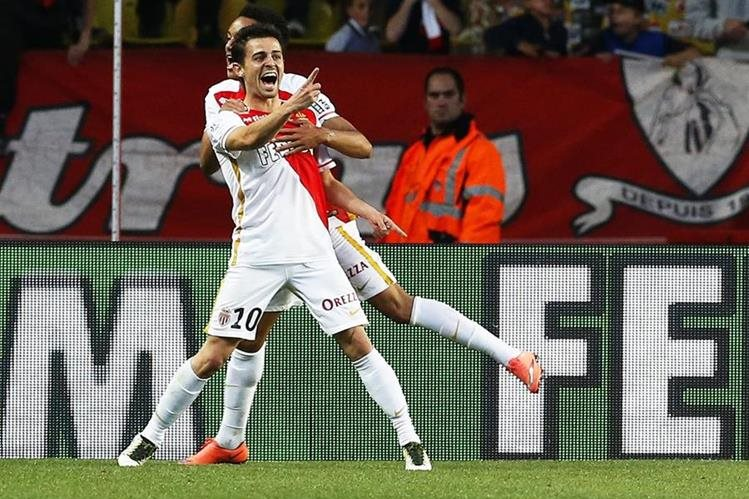 Bernardo Silva festeja luego de anotar el tercer gol del encuentro. (Foto Prensa Libre: EFE)