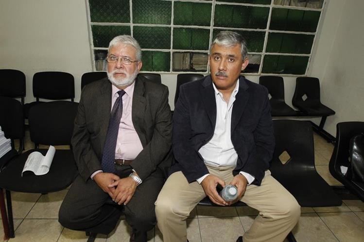 Claudio Vinicio Solís Cortez, director de la jornada vespertina del Liceo Javier –derecha–, es acompañado por su abogado. (Foto Prensa Libre: Hemeroteca PL)