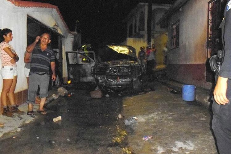 Una autopatrulla fue incinerada por vecinos inconformes con los resultados electorales en San Cristóbal Acasaguastlán, El Progreso. (Foto Prensa Libre: CVB)