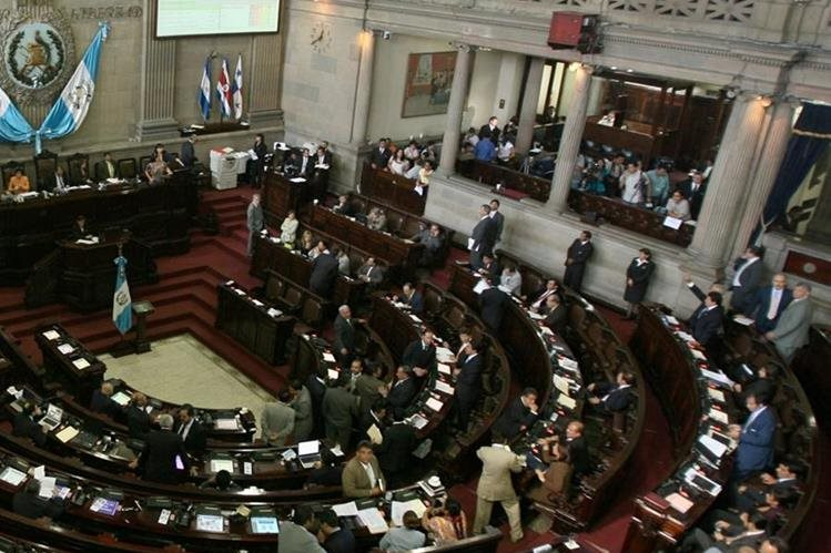 Periodistas a diario cubren las actividades que realizan los diputados en el Congreso de la República. (Foto Prensa Libre: Hemeroteca PL)