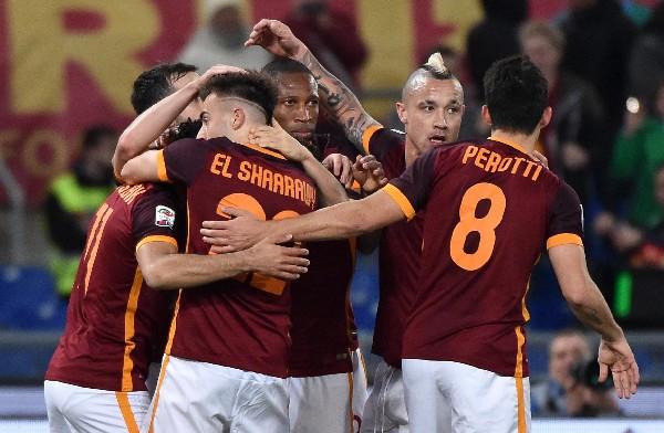 Los jugadores de la AS Roma celebran el triunfo contra la Fiorentina, en el Calcio. (Foto Prensa Libre: EFE)