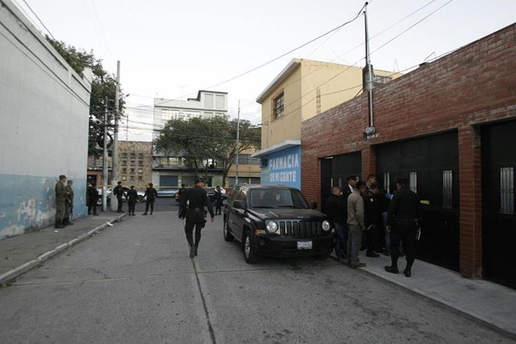 Armas y municiones de grueso calibre fueron decomisados este viernes en la zona 3. (Foto Prensa Libre: PNC)