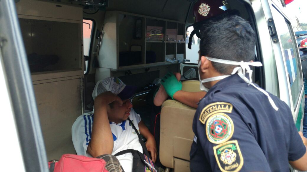 Bomberos Municipales atendieron a personas con síntomas de intoxicación. (Foto Prensa Libre: Miguel López)