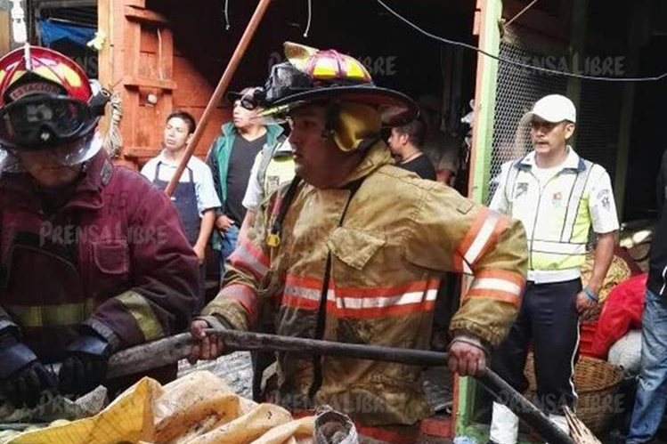 Solórzano Foppa labora junto a otros bomberos para controlar el incendio. (Foto Prensa Libre: Byron Vásquez)