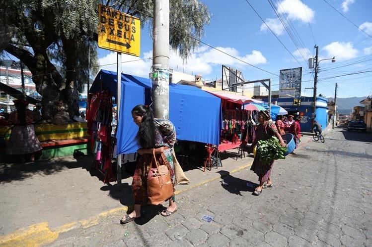 En la parada de buses en el Concepción Chiquirichapa, Quetzaltenango, hoy ningún microbús llegó a prestar el servicio. (Foto Prensa Libre: Mynor Toc)