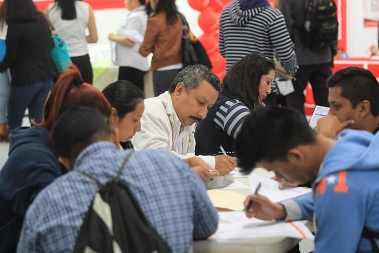 Miles de personas buscan oportunidad laboral en un mercado limitado. (Foto Prensa Libre: Hemeroteca)