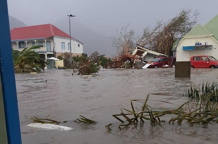 Las calles continúan inundadas.