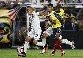 Christian Cueva y Enner Valencia pelean por el balón durante el juego. Ambos anotaron para sus selecciones. (Foto Prensa Libre: AFP)