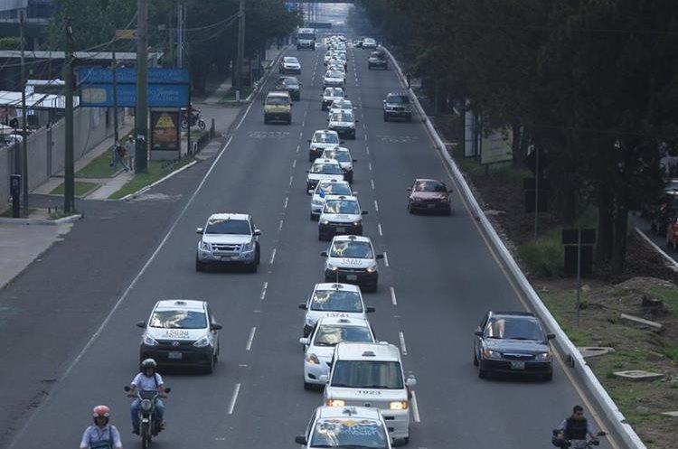 Una protesta de taxistas en la calzada Roosevelt. (Foto Prensa Libre: Esbin García)