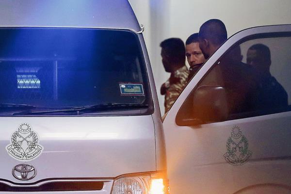 Los hermanos son custodiados a la furgoneta de la prisión tras su apelación. (Foto Prensa Libre: EFE).