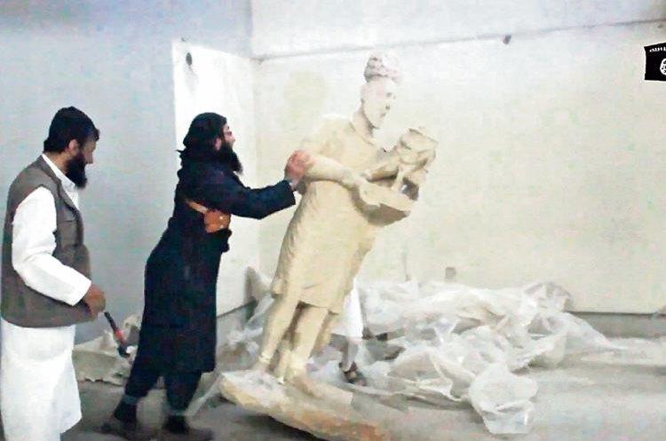 YIHADISTAS DEL Estado Islámico aparecieron en un video derriban esculturas antiguas en Mosul, Irak.