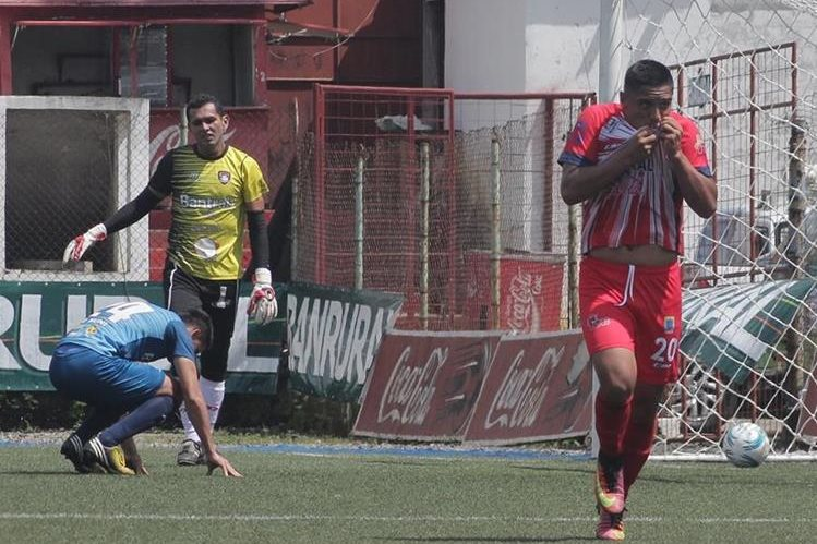 Cristian Alvarado festeja después de anotar el 2-0 provsional de Malacateco contra Mictlán. (Foto Prensa Libre: Alexánder Coyoy).