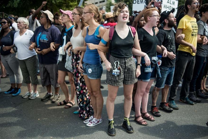Un grupo de manifestantes en Charlotte exigen justicia, pese a la divulgación del video por parte e la Policía que muestra los hechos. (Foto Prensa Libre: AFP).