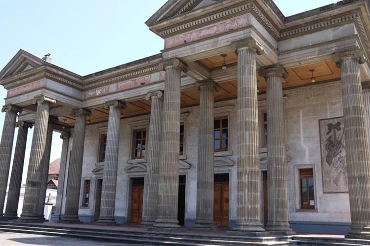 Desde hace 20 años no se hacía ese tipo de trabajos en el edificio del Teatro Municipal de Quetzaltenango. (Foto Prensa Libre: María José Longo)