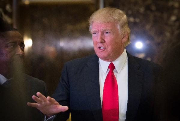 Trump habla con los periodistas en el vestíbulo de Torre Trump en Nueva York.(AP).