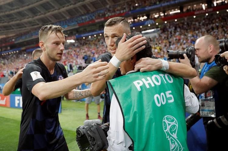 Los croatas se acercaron al fotógrafo y se percataron que estuviera bien después de la celebración.