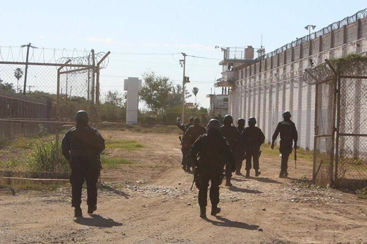 Policías de Sinaloa, México, durante el operativo de búsqueda de Juan José Esparragoza. (Foto Prensa Libre: Reuters)