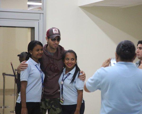 Enrique Iglesias llega a Panamá para su nuevo video. (Foto Prensa Libre: Twitter)