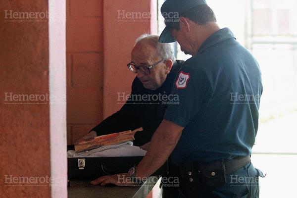 El padre Varela a su ingreso en uno de los penales del país en el año 2003. Foto: Hemeroteca PL
