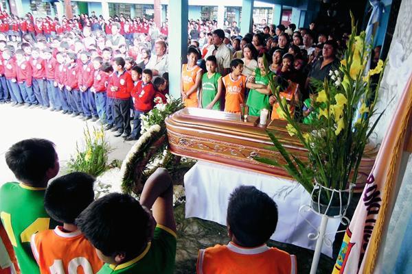 Alumnos y  autoridades de la escuela Miguel García Granados, en Tecpán Guatemala, Chimaltenango, realizan homenaje póstumo a Adriana Martínez. (Foto Prensa Libre: José Rosales)