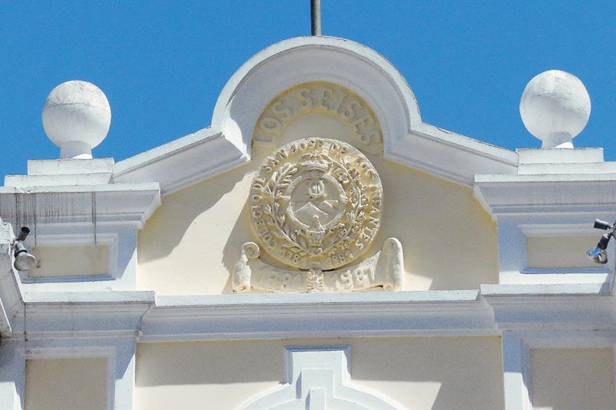 En la antigua sede del Colegio, a un costado de la Catedral, permanece el escudo con la fecha de fundación: 1781. (Foto Prensa Libre: Nestor Galicia)