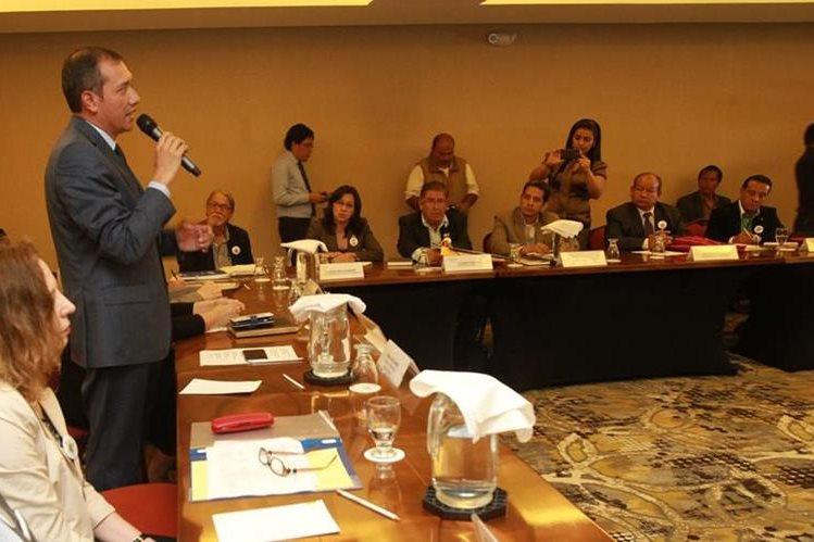 El ministro de Gobernación, Francisco Rivas, participa en una reunión de gobernadores departamentales. (Foto Prensa Libre: Estuardo Paredes)