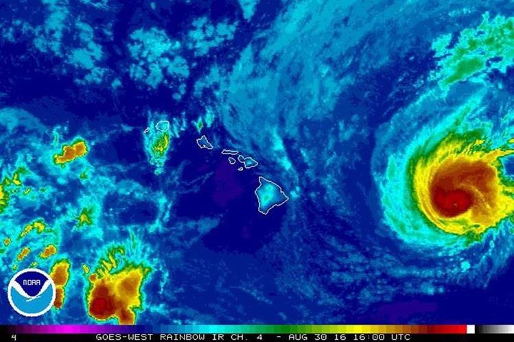 """Imagen que muestra al huracán """"Madeline"""", de categoría 3, amenazando al archipiélago de Hawái. (Foto Prensa Libre: EFE)."""