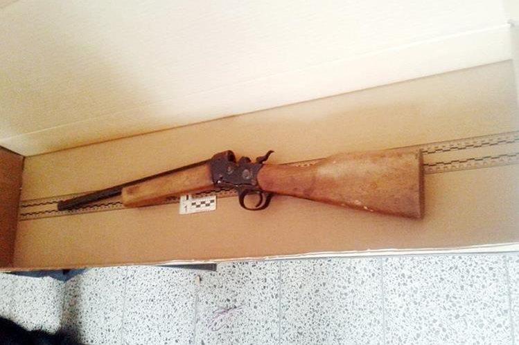 La escopeta hallada en una escuela de Concepción Chiquirichapa, Quetzaltenango, fue enviado al Inacif. (Foto Prensa Libre: Carlos Ventura)