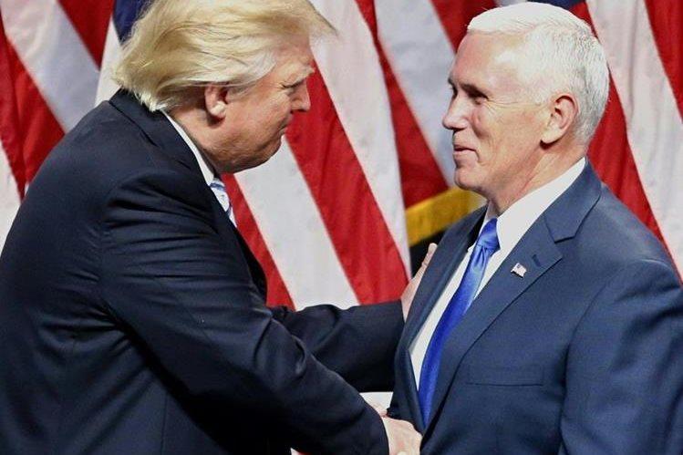 Donald Trump (i) saluda a su compañero de fórmula Mike Pence (i), durante la presentación oficial en Nueva York. (Foto Prensa Libre: AP).