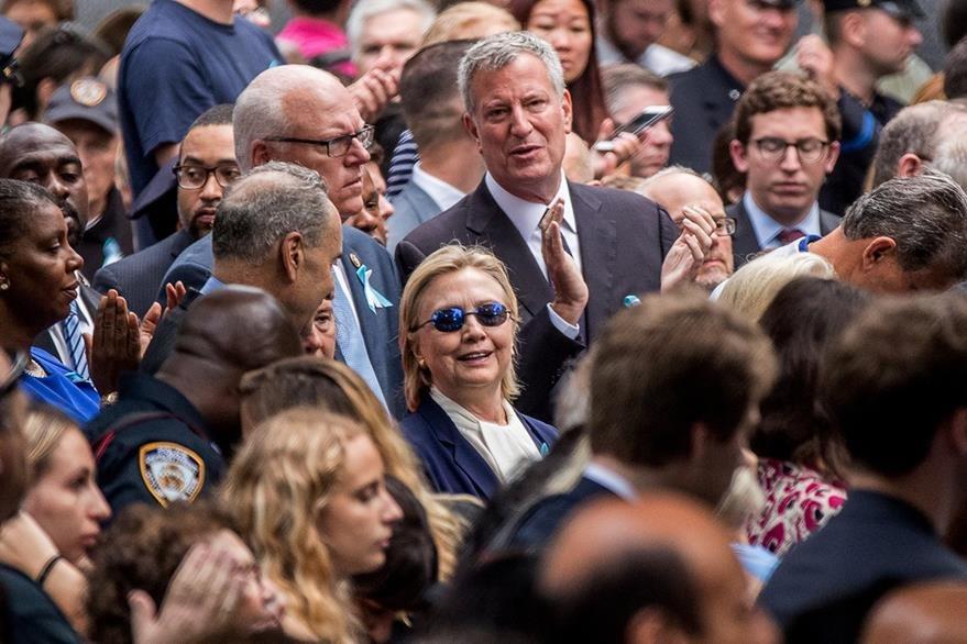 Hillary Clinton participa en ceremonia del S-11. (AP)