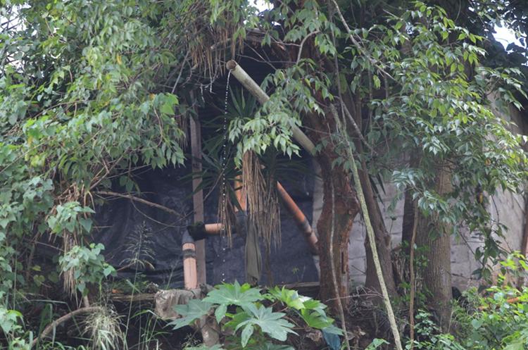 Tubos por donde descienden las aguas residuales del asentamineto. (Foto Prensa Libre: Esbin García)
