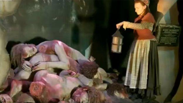 La horrenda escena descrita por Marie realmente ocurrió: le traían los cuerpos y ella hacía los moldes y las figuras de cera tan pronto como era posible.