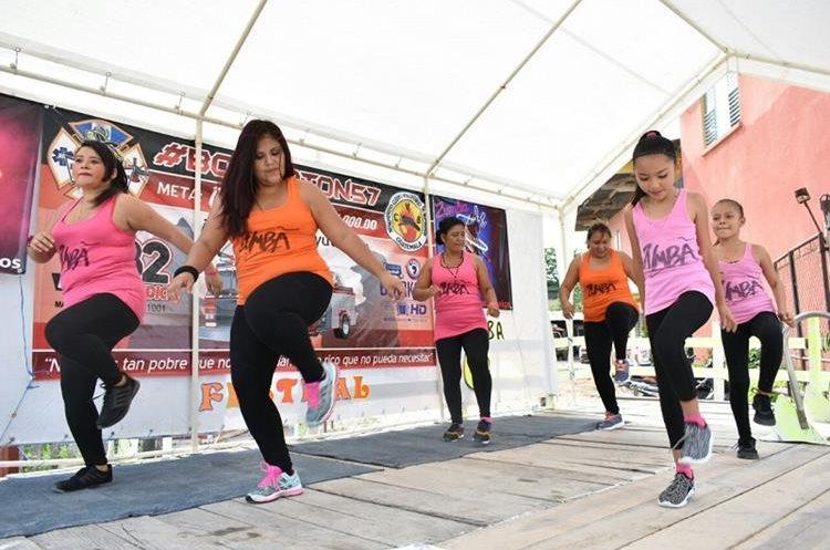Un grupo de bailarinas de zumba participan en el Zumbatón de los Bomberos Voluntarios de San Benito. (Foto Prensa Libre: Rigoberto Escobar)