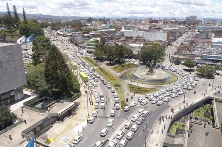 Vista general de la manifestación de taxistas, frente a la comuna capitalina, donde piden que se regule el servicio de Uber. (Foto Prensa Libre: Municipalidad de Guatemala)
