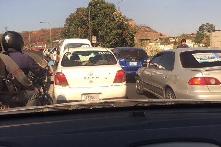 Tránsito detenido en el cruce a Lomas del Norte, zona 17. Foto Prensa Libre: @delvalleyany