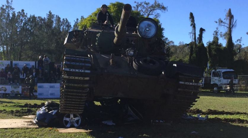 Un tanque de guerra aplasta el automóvil importado. (Foto Prensa Libre: Facebook)