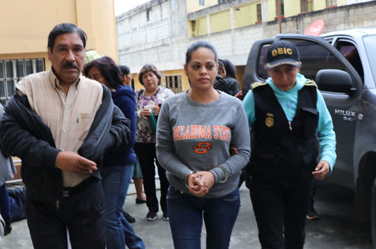 Lilyana Ávila, cuñada del exfuncionario habría sido favorecida con un contrato para médico turnista.  (Foto Prensa Libre: Whitmer Barrera)